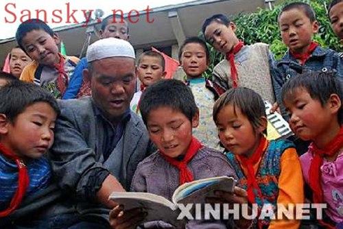 青藏高原无手教师用断臂教书写字(组图)